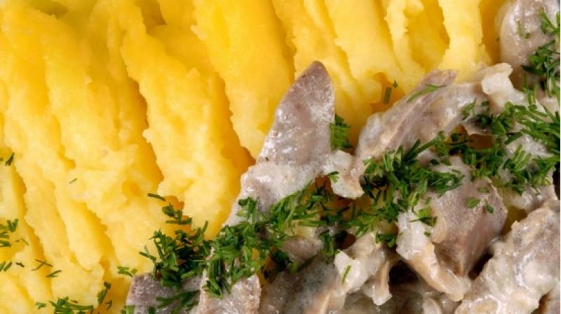 Куриные пупочки в сметанном соусе с картофельным пюре